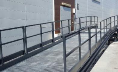 Pose d'un niveleur, d'une rampe de chargement et d'une barrière de quai